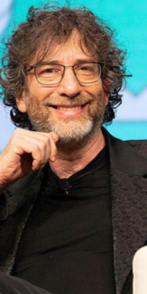 Neil Gaiman posando en unacharla