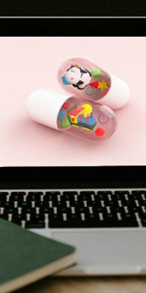 ordenador portátil con píldoras en la pantalla